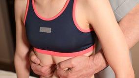 Un fisioterapeuta de sexo masculino hace un procedimiento visceral del abdomen y de los órganos internos de un paciente de la chi almacen de video