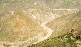 Un fiume attraverso le montagne Fotografia Stock