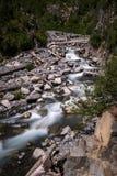 Un fiume basso sull'orlo di un parco nazionale in U.S.A., esposizione lunga per creare mosso nell'acqua come precipita a cascata fotografia stock libera da diritti