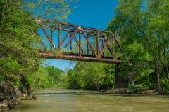 Un fiume che scorre al di sotto di un cavalletto del treno fotografia stock libera da diritti