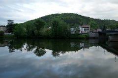 Un fiume dell'acqua in un giorno di esterno della costruzione Fotografie Stock Libere da Diritti