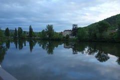 Un fiume dell'acqua in una scena non urbana di stagione Immagine Stock