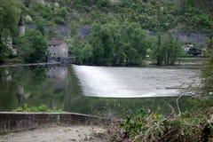 Un fiume della diga dell'acqua in un giorno di esterno della costruzione Fotografia Stock Libera da Diritti