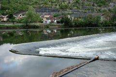 Un fiume della diga in una scena non urbana dell'acqua corrente Immagini Stock