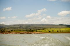 Un fiume e un paesaggio fotografie stock