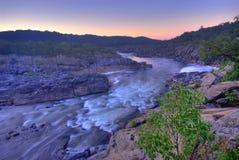 Un fiume funziona attraverso esso Immagine Stock