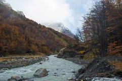 Un fiume glaciale taglia da parte a parte la valle immagini stock libere da diritti