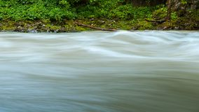 Un fiume nelle alpi dopo piovosità pesante Immagini Stock