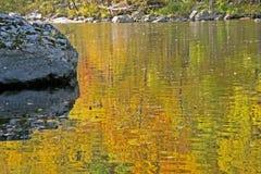 Un fiume nelle montagne fumose è vivo con colore Fotografia Stock