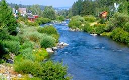 Un fiume passa Fotografia Stock