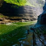 Un fiume passa Immagini Stock