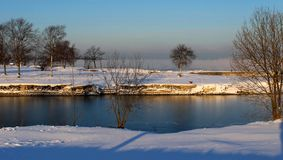 Un fiume in una mattina fredda immagine stock libera da diritti