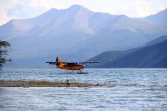 Un Floatplane sur le lac Muncho AVANT JÉSUS CHRIST image stock