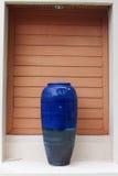 Un florero azul gigante del adornamiento puesto en la puerta Imagen de archivo