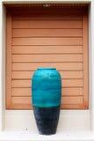 Un florero azul gigante del adornamiento puesto en la puerta Foto de archivo