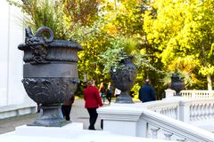 Un florero con las figuras antiguas adorna el parque del otoño foto de archivo