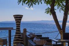 Un florero viejo y el mar Mediterráneo, Greese Fotos de archivo