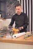 Un florista del hombre, haciendo un ramo, tabla Fotografía de archivo