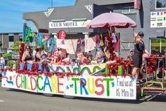 Un flotador del desfile de la Navidad por completo de niños jovenes y de sus cuidadores en Rotorua, Nueva Zelanda foto de archivo libre de regalías