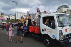 Un flotador y ejecutantes vestidos en el desfile de carnaval de Margate Fotografía de archivo libre de regalías