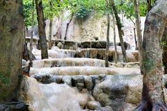 Un flusso di acqua alle cascate Fotografia Stock Libera da Diritti