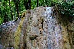 Un flusso di acqua alle cascate Fotografie Stock