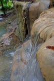 Un flusso di acqua alle cascate Fotografia Stock