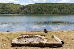 Un focolare ha allineato con le pietre sui precedenti del fiume Immagini Stock Libere da Diritti