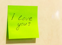 Un foglio di carta verde con l'iscrizione ti amo Fotografia Stock