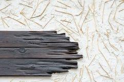 Un fond d'un mur avec les planches noires, le plâtre blanc et le stra Images libres de droits