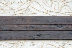Un fond d'un mur avec les planches noires, le plâtre blanc et le stra Photographie stock libre de droits