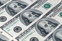 Un fond de cent billets d'un dollar a arrangé diagonalement dans une rangée Photo stock