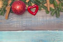 Un fond de Noël en bois coloré ou de nouvelle année avec des ornements Photos libres de droits