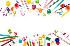 Un fond des crayons colorés, peintures Concepteur de lieu de travail, art Photo libre de droits