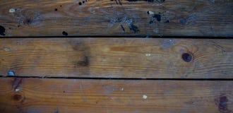 Un fond en bois avec les taches noires de peinture photo stock