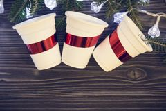 Un fond en bois foncé de Noël avec des décorations Photo libre de droits