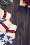 Un fond en bois foncé de Noël avec des décorations Image libre de droits