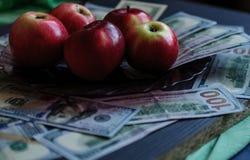 Un fond merveilleux des dollars je suis les pommes rouges, investissant dans les affaires photo stock