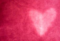 Un fond rouge avec la lumière en forme de coeur sur la texture Costume avec le thème de valentine Images libres de droits