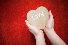 Un fond rouge de scintillement, fausse pierre, cadeau de jour du ` s de Valentine pour la deuxième moitié, une photo romantique,  Photo stock