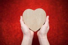Un fond rouge de scintillement, fausse pierre, cadeau de jour du ` s de Valentine pour la deuxième moitié, une photo romantique,  Images stock