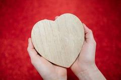 Un fond rouge de scintillement, fausse pierre, cadeau de jour du ` s de Valentine pour la deuxième moitié, une photo romantique,  Image libre de droits