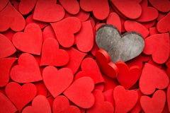 Un fond rouge plus petit de coeurs Photo libre de droits