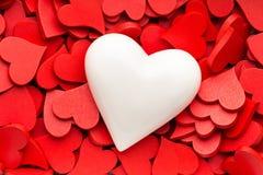Un fond rouge plus petit de coeurs Images libres de droits