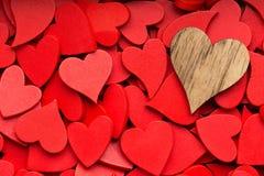 Un fond rouge plus petit de coeurs Photos stock