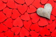 Un fond rouge plus petit de coeurs Image libre de droits