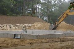 Un fondamento concreto versato della nuova casa dopo che i moduli sono rimossi e calcestruzzo sigillato. Fotografie Stock Libere da Diritti