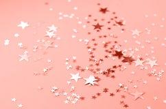 Un fondo coloreado coralino con muchas estrellas brillantes imagen de archivo