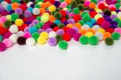 Un fondo colorido del onwhite de Pom Pom, Foto de archivo