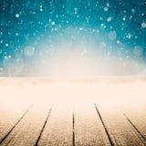 Un fondo de la Navidad del invierno con nieve en la madera imagen de archivo